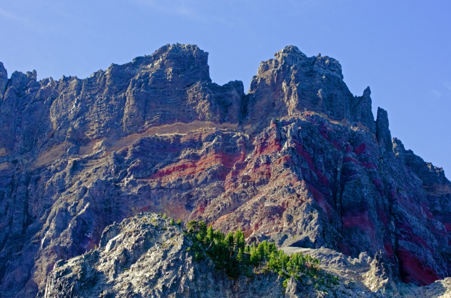 Red volcanic seams on Three Fingered jack