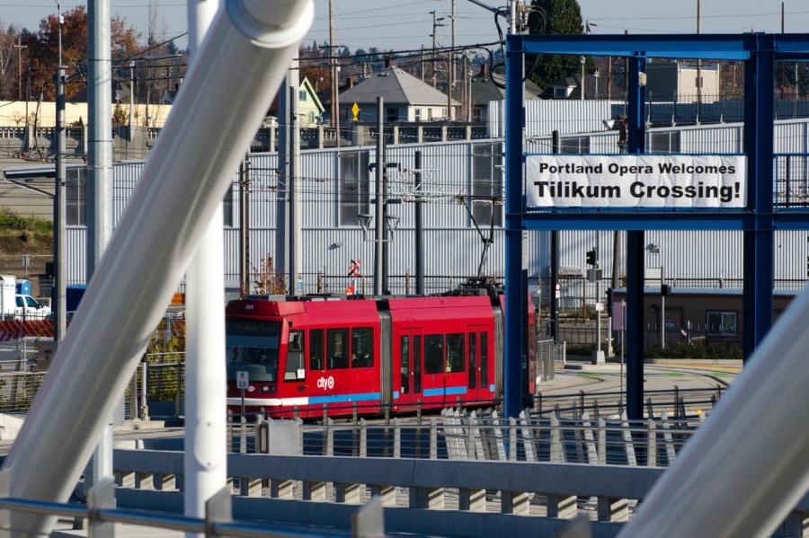 Light rail on Tilikum Crossing
