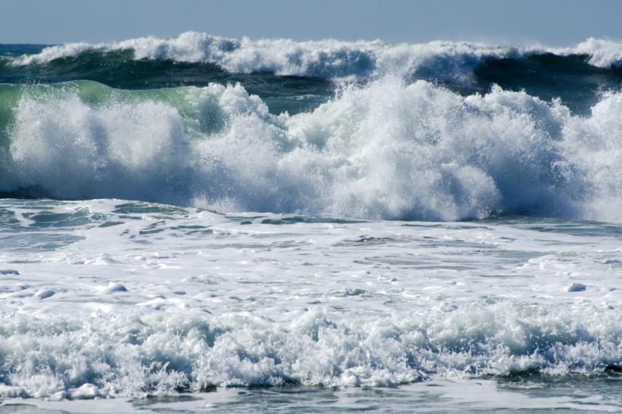 Surf during high tide