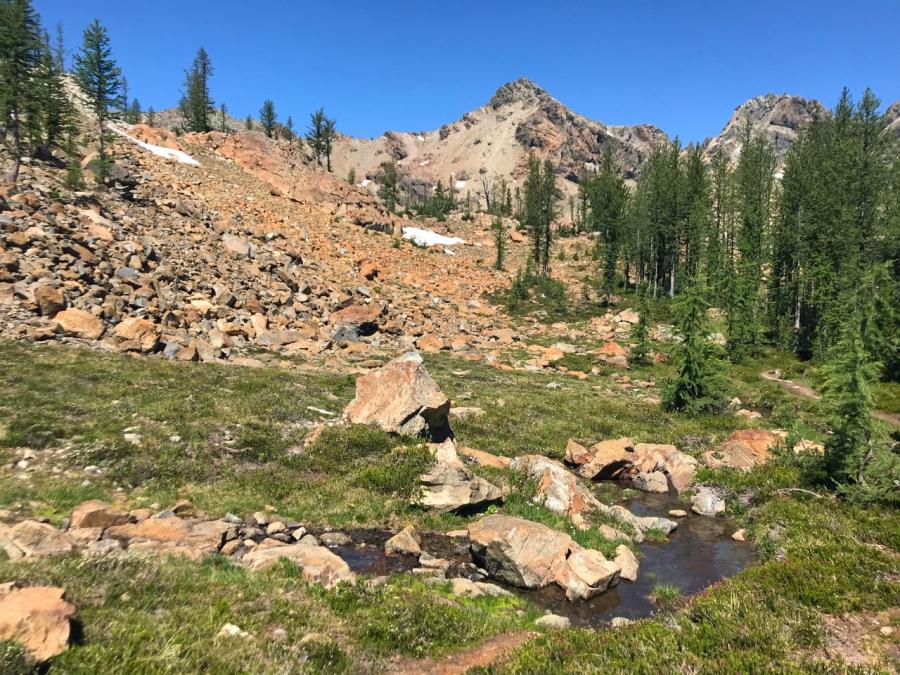 A Scenic Hike to Headlight Creek Basin in the Alpine LakesWilderness